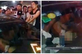 Chồng và bồ nhí khỏa thân ngồi trong xe, vợ đánh ghen làm náo loạn đường phố