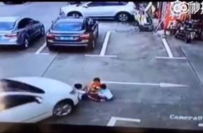 Mải dùng điện thoại, người phụ nữ lái xe ô tô cán thẳng qua người 3 đứa trẻ