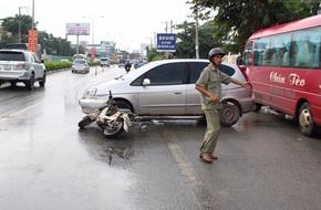 Vợ đang mang thai bị ô tô tông văng xuống đường, chồng đuổi đánh tài xế
