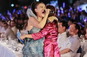 Thu Minh ôm chầm khán giả xúc động hát về biển