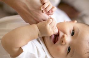 Khóc cười khi con mọc răng