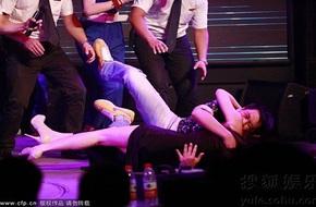 Can Lộ Lộ bị fan nam đè nằm sõng soài trên sân khấu