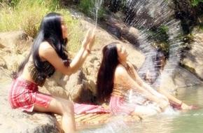 """Con gái 18 tuổi của Kiều Trinh hóa thôn nữ, """"tắm tiên"""" bên bờ suối"""