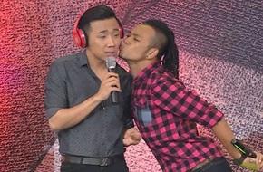 Trấn Thành bất ngờ bị cưỡng hôn