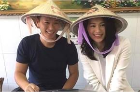 Vợ chồng Hồ Hạnh Nhi đội nón lá đi ăn phở sau khi đặt chân tới Việt Nam