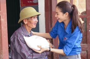 """Mặc chỉ trích """"sống ảo làm từ thiện"""", Phạm Hương vẫn giản dị về vùng rốn lũ"""