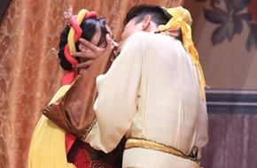 Trương Thế Vinh hôn môi nữ đồng nghiệp sau tin đồn hoãn cưới bạn gái phi công