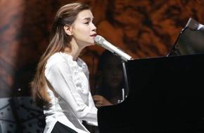 Hồ Ngọc Hà diện áo dài trắng, đàn hát với Khánh Ly sau khi trở về từ Mỹ