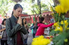 Chị em công sở bỏ giờ nghỉ trưa, nô nức đến chùa trong ngày vía Thần Tài
