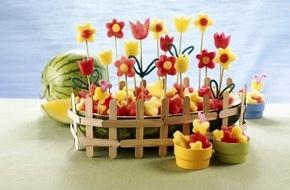 Tỉa dưa hấu thành vườn hoa khoe sắc