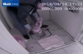 Quá hoảng sợ, bà mẹ tuổi teen sinh con rồi bỏ lại trong toilet