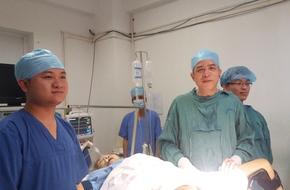 Cụ bà tự dùng dao cắt tử cung do bị sa sinh dục đã được cứu sống