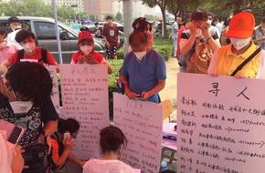 Người thân rơi nước mắt, chờ tin tức nạn nhân vụ nổ tại Thiên Tân