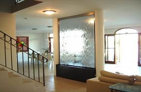 Trang trí phòng khách với thác nước mê hoặc khách đến chơi nhà