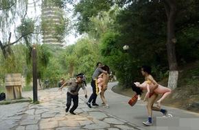 Khỏa thân vác ma-nơ-canh chạy quanh trường đại học