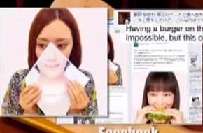 Khăn giấy che miệng giúp phụ nữ thoải mái ăn uống tại nhà hàng