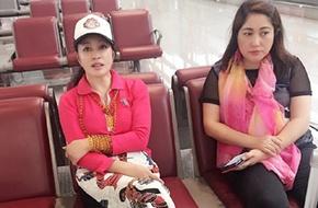 Lưu Hiểu Khánh ngồi thẫn thờ vì lỡ chuyến bay