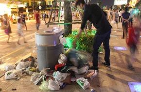 Sau bắn pháo hoa, rác ngập ngụa quanh Hồ Gươm, phố đi bộ Nguyễn Huệ