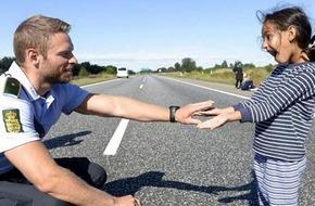 Khoảnh khắc ấm áp: cảnh sát Đan Mạch chơi đùa với một cô bé Syria