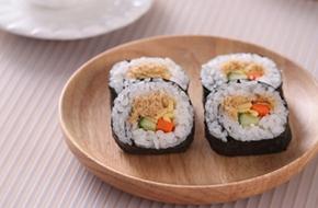 Cách làm cơm cuộn giản dị cho bữa trưa ngon miệng