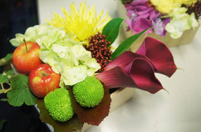 Cách cắm hoa xen quả thật ấn tượng và bắt mắt