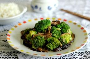 Bông cải xanh xào nấm nhẹ bụng mà ngon