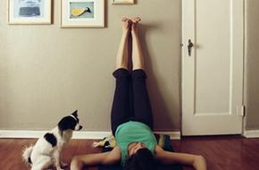 """Rất nhiều lợi ích cho sức khỏe và vóc dáng chỉ với tư thế """"gác chân lên tường"""" mỗi tối"""