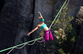 """""""Đứng tim"""" cô gái tập Yoga trên dây giữa vực núi sâu hun hút"""