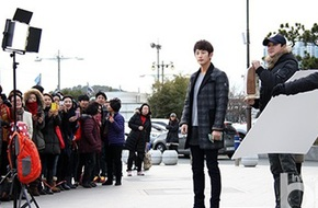 Fan nữ bủa vây Park Shi Hoo ngay trên phim trường