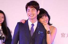 Park Shi Hoo cười tít mắt vì được bạn diễn ôm