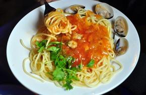 Đi ăn mỳ Ý vỉa hè giá