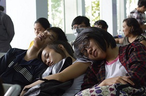 Ngủ gục tại ga Sài Gòn chờ mua vé tàu Tết