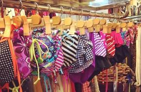 Đầu mùa nóng, cửa hàng áo bơi, phụ kiện tung khuyến mãi
