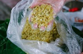 Cốm tươi - Thức quà được người Hà Nội tranh thủ tìm mua những ngày cuối thu