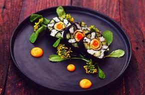 Dễ dàng làm cơm cuộn hình hoa đẹp như nhà hàng