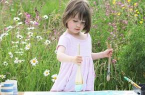 Cô bé 5 tuổi bị tự kỷ nổi tiếng nhờ vẽ tranh đẹp lung linh