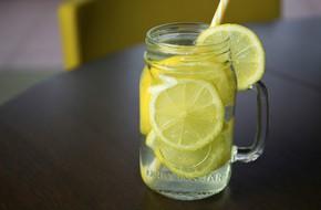 Tác hại bất ngờ của việc uống một ly nước chanh ấm vào mỗi sáng