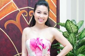 Lê Khánh trẻ trung với váy hoa rực rỡ