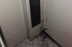 Bốc mùi chung cư: Nước tiểu đựng ống bơ, đi thang máy