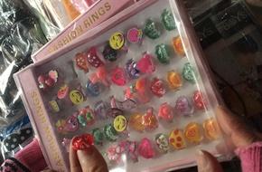 Nhẫn đồ chơi Trung Quốc: Gây rộp tay trẻ vẫn cháy hàng