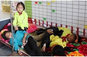 Gần 50 học sinh bán trú nhập viện do ngộ độc thức ăn