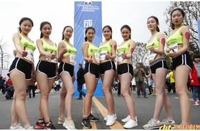 """Nữ tiếp viên hàng không đi giày cao gót chạy marathon 8km """"vì Song Joong Ki"""""""