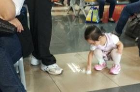 Hành động của đứa trẻ khiến nhiều người lớn