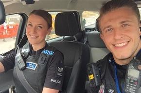 Sau bức ảnh tự sướng, cặp cảnh sát này được nhận xét là sexy nhất nước Anh