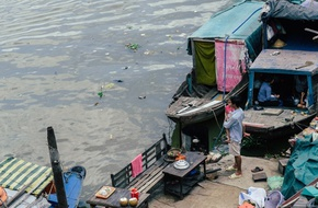 Gia đình sống lênh đênh trên sông hơn 20 năm - Sài Gòn có những góc khuất trần trụi như thế!
