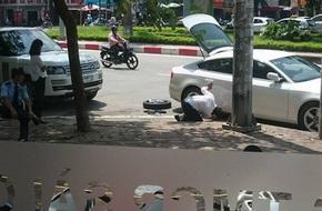 Chồng mặc đồ bảnh bao, cúi người thay lốp xe giữa đường giúp vợ