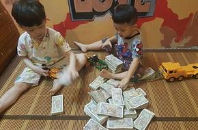 Hai cậu bé đập ống heo để gửi cho 'chú Phan Anh' là hình ảnh đáng yêu nhất hôm nay!