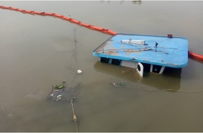 Phụ nữ, trẻ em kêu cứu khi xà lan chở 400 tấn thép chìm xuống sông