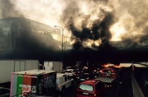 Hàng nghìn tài xế taxi xuống đường phản đối Uber, Paris bị vây kín