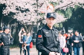 Phát sốt với chàng bảo vệ đẹp ngang ngửa Song Jong Ki của Hậu duệ mặt trời